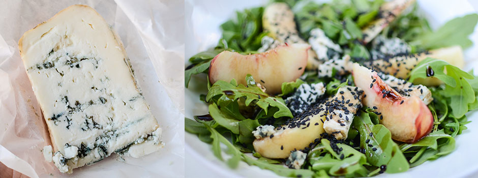 Rocket salad with blue cheese, pears and sesame seeds